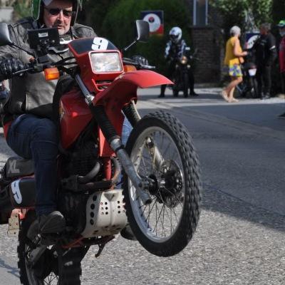 unemainalautre-chili-moto100